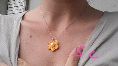 Ciondolo a forma di fiore giallo con perla al centro