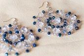 Orecchini in filo di metallo color argento lavorato all'uncinetto con perle di vetro blu