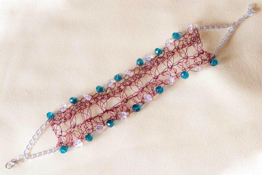 Bracciale in filo di allumino colorato lavorato all'uncinetto con perle di vetro verdi e trasparenti