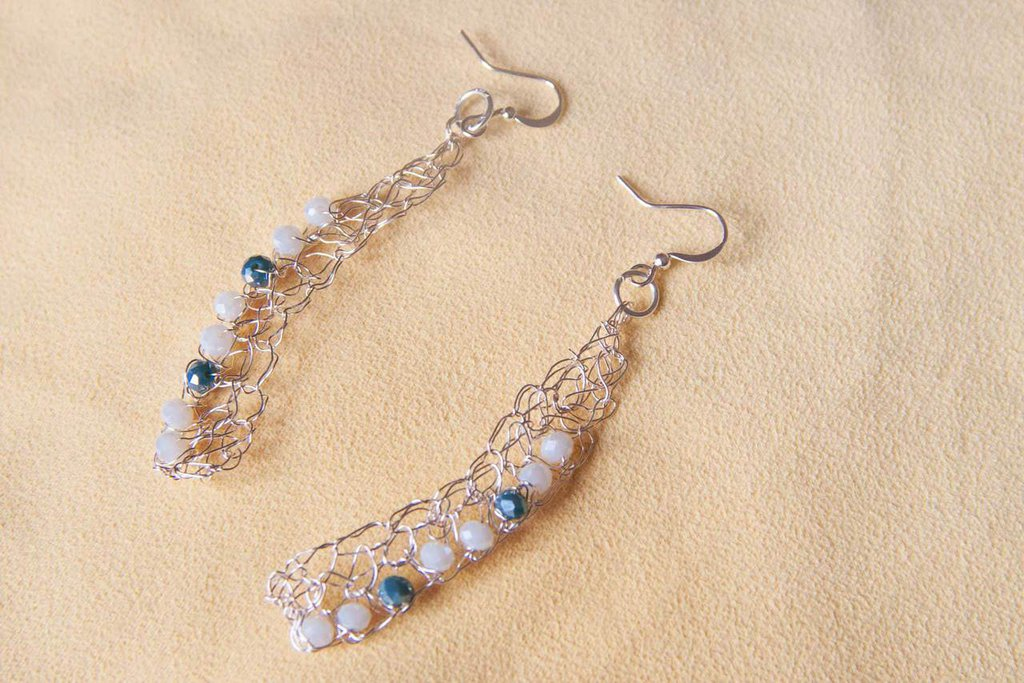 Orecchini in filo di alluminio lavorato all'uncinetto con perle di vetro colorate