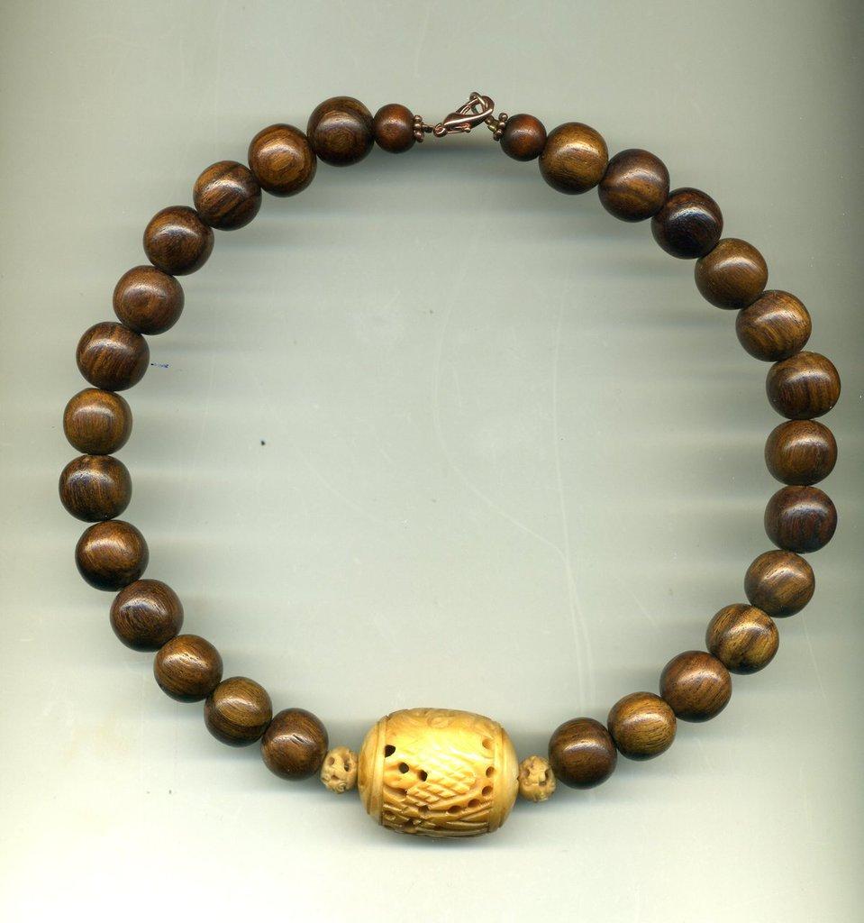 Girocollo in legno con grande centrale in osso traforato