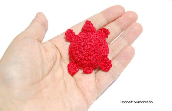 Amigurumi tartaruga - portachiavi  - regalo -  bomboniera per laurea ad uncinetto in rosso