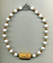 Collana corta in agata bianca e legno con centrale in osso istoriato e traforato
