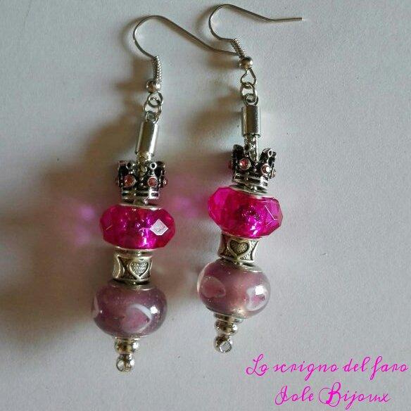 Orecchini pendenti con perle a foro largo fucsia e lilla e corona con strass rosa
