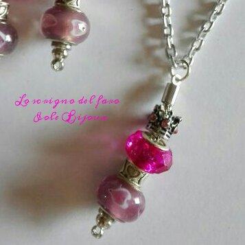 Ciondolo per collana con perle a foro largo fucsia e lilla e corona con strass rosa