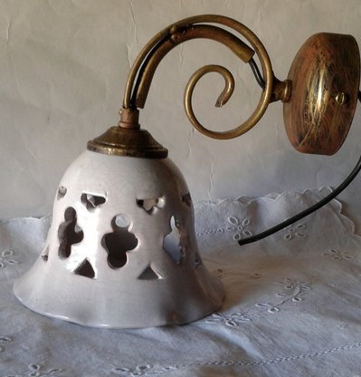 Applique-Lume campanella in ceramica con braccio in metallo anticato. Craquele.