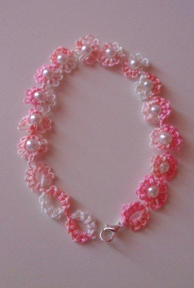 Grazioso braccialetto a fiori rosa con perla centrale