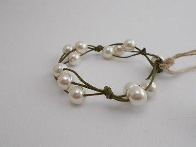 Bracciale cordino verde e perle