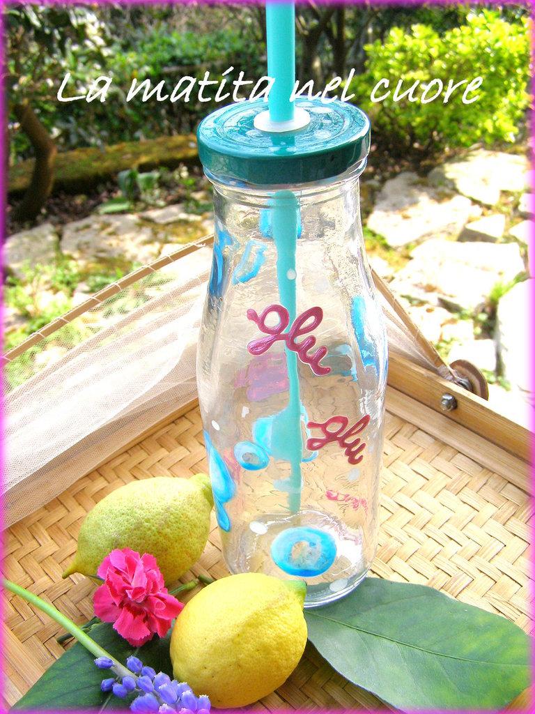 """Bottiglia di vetro con cannuccia azzurra con """"glu glu"""" e bolle dipinte a mano"""
