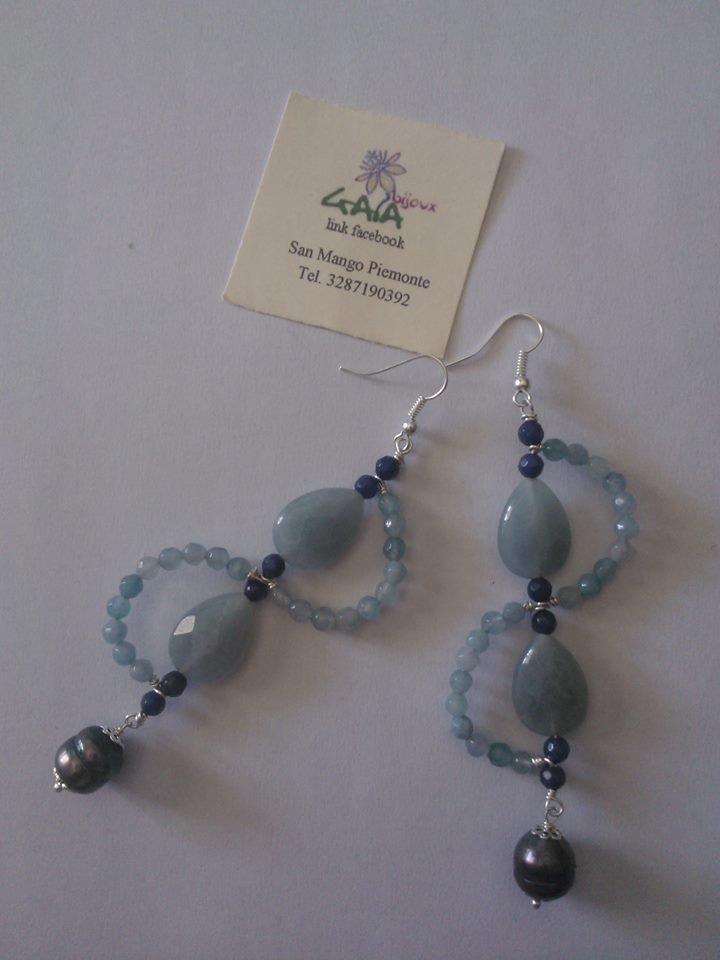 """Orecchino ad """"esse"""" in agata sfumata dall'azzurro al blu, pendente perla di fiume scura"""