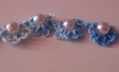 Grazioso braccialetto a fiori azzurri con perla centrale
