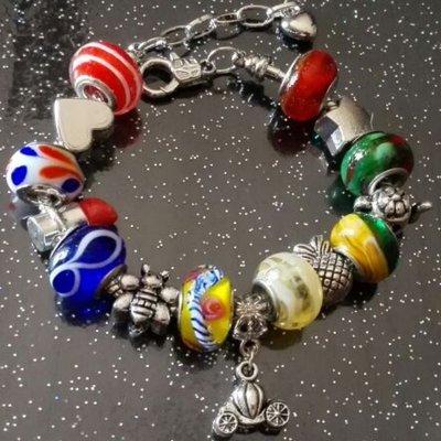 Bracciale in acciaio con perle a foro largo in vetro rosso, blu, giallo, verde