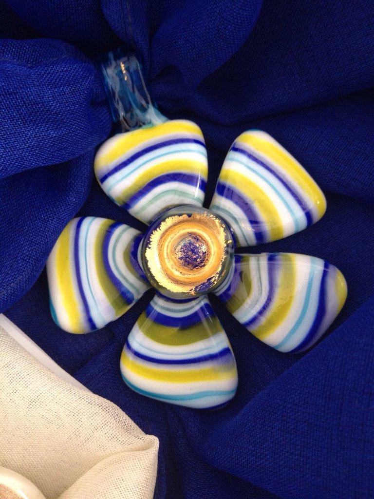 UN PREZIOSO FOULARD:morbido foulard arricchito con pendente in vetro di Murano.