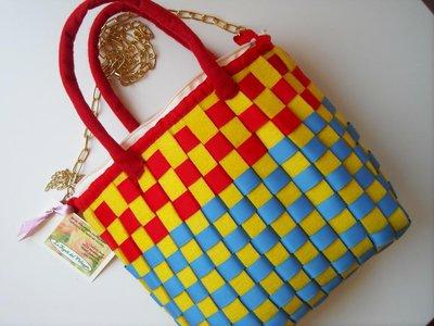 Borsa a tracolla di panno giallo intrecciato con fettuccia rossa e azzurra, cucita a mano!!! Idea regalo.