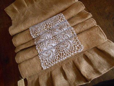 Runner centro tavola in tela yuta con striscia crochet bianco, idea shabby.
