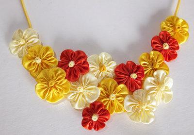 Collana kanzashi fatta a mano con fiori gialli e arancio