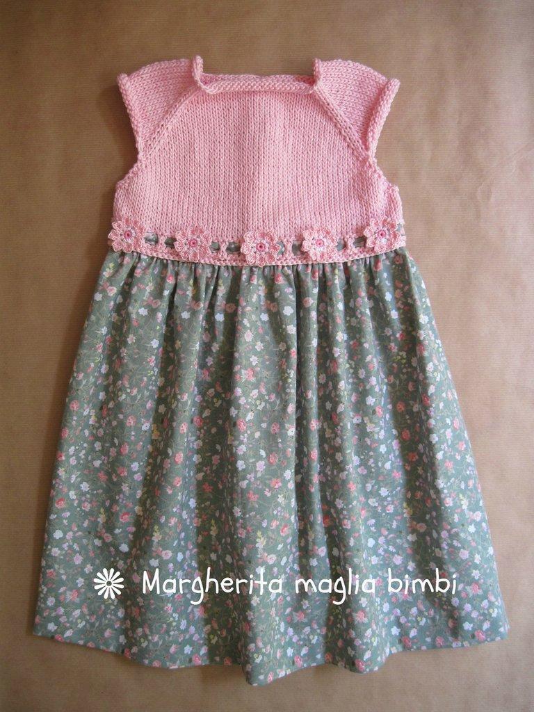 Abito bimba corpetto rosa lavorato a maglia e gonna in tessuto a fiori