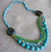 Collana corta a tre fili con turchesi,cristalli e ceramica.