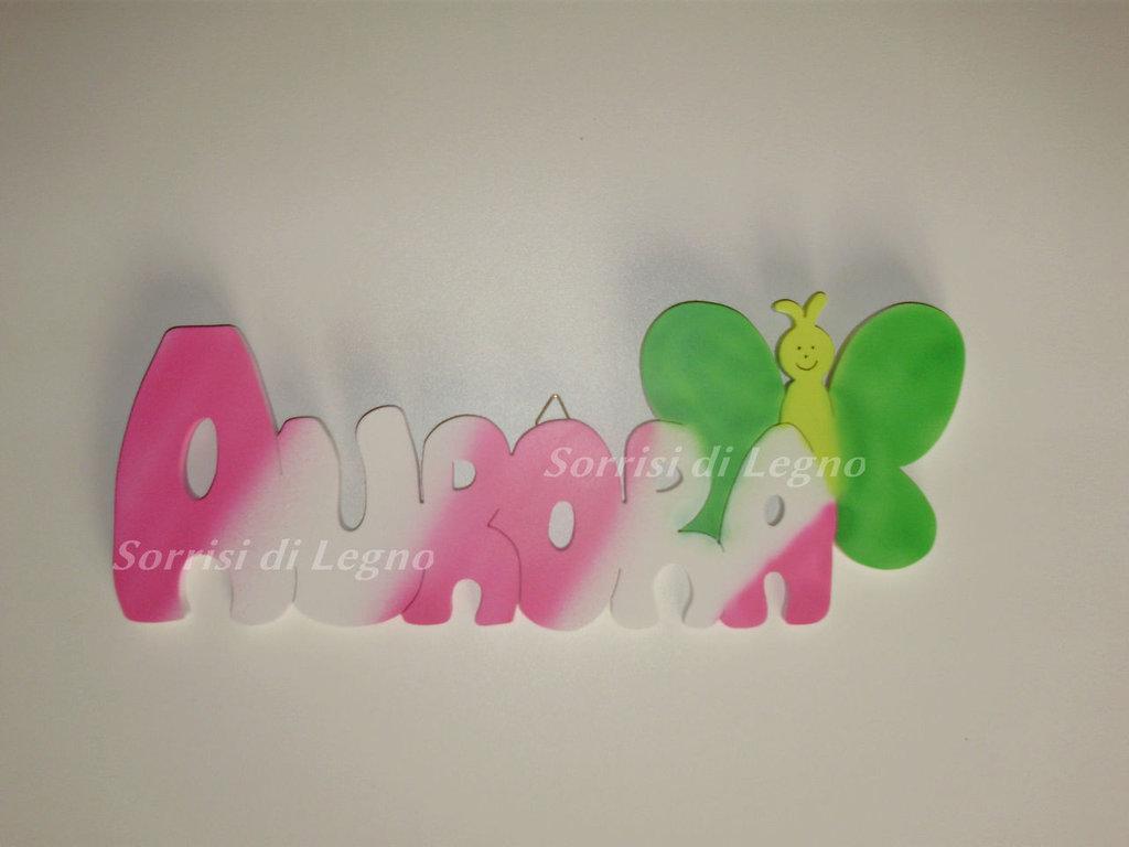 Nome Aurora realizzato in legno con farfalla