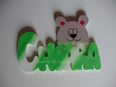 Nome Chiara realizzato in legno con orsetto da appendere