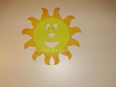 Portachiavi da muro a forma di sole realizzato in legno