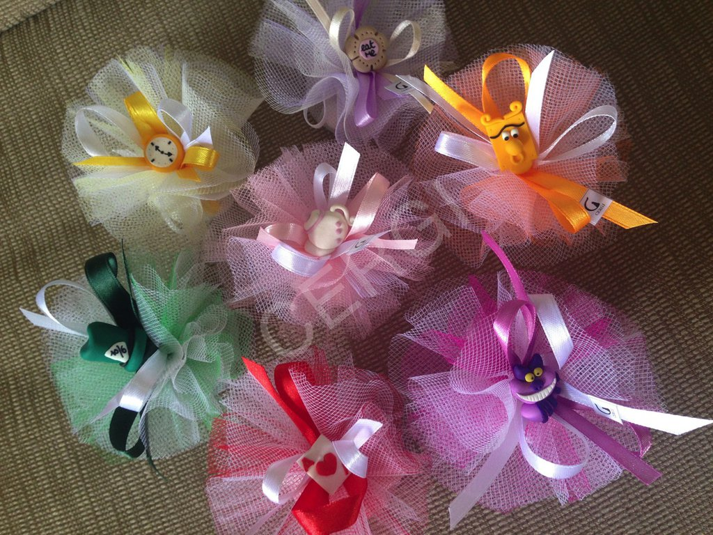 Bomboniera tulle colorati decorata con i protagonisti di Alice nel Paese delle Meraviglie interamente realizzati a mano in pasta FIMO