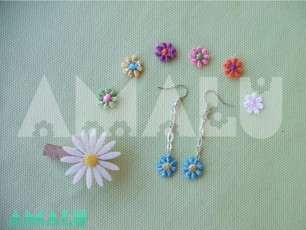 Orecchini pendenti con fiore macramè