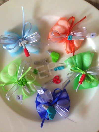 Bomboniera a caramella in tulle colorato decorato con attrezzi da lavoro realizzati in pasta FIMO