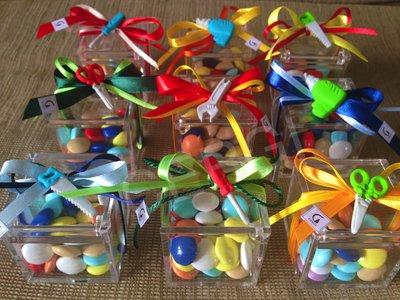Bomboniera a cubo in plexiglass trasparente decorato con attrezzi da lavoro realizzati in pasta FIMO