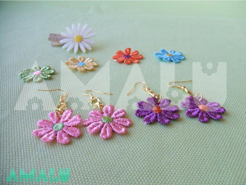 Orecchini pendenti con moschettone e fiore in macramè - Linea Daisy