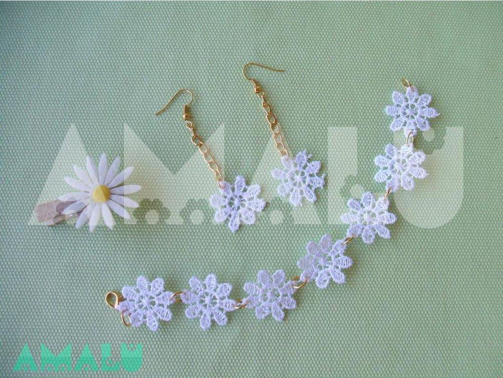 Bracciale e orecchini pendenti con fiori in macramè bianco