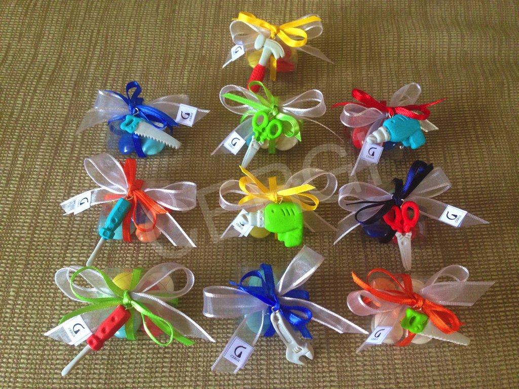 Bomboniera a borsetta in plastica trasparente decorata con attrezzi da lavoro realizzati in pasta FIMO