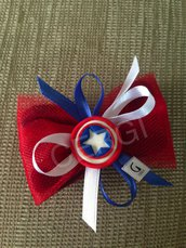 Bomboniera a caramella in tulle rosso decorata con stemma di Capitan America realizzato interamente a mano in pasta FIMO