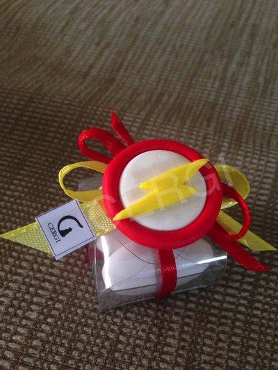 Bomboniera a borsetta trasparente decorata con stemma di Flash realizzato interamente a mano in pasta FIMO