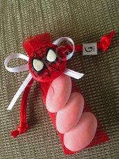 Bomboniera a sacchetto in organza rossa decorata con stemma di Spiderman realizzato interamente a mano in pasta FIMO