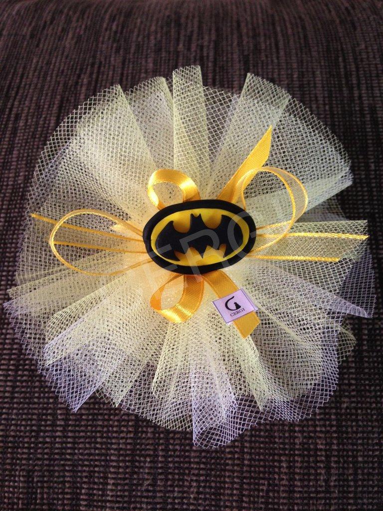 Bomboniera in tulle giallo e bianco decorata con stemma di Batman realizzato interamente a mano in pasta FIMO