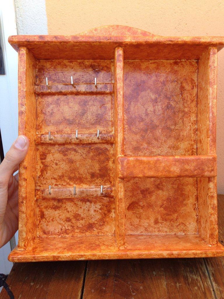 Porta lettere e chiavi fatto in legno e lavorato a mano.