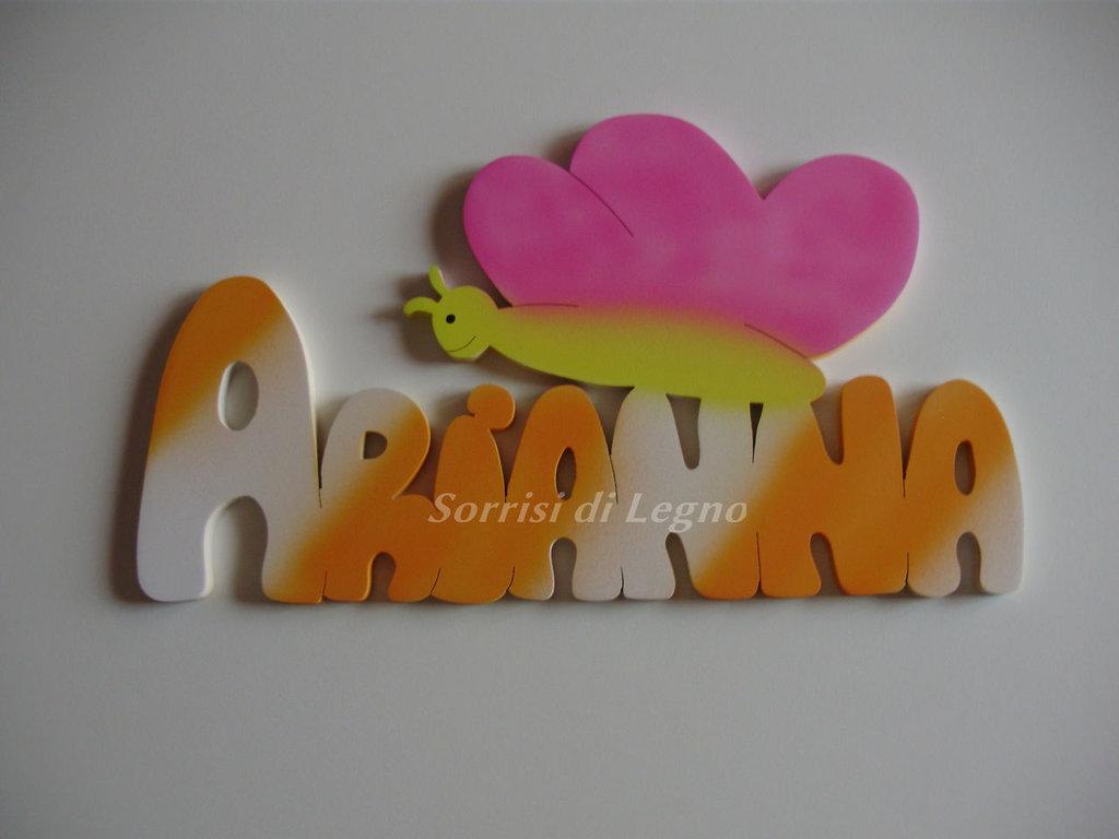 Nome Arianna in legno con farfalla