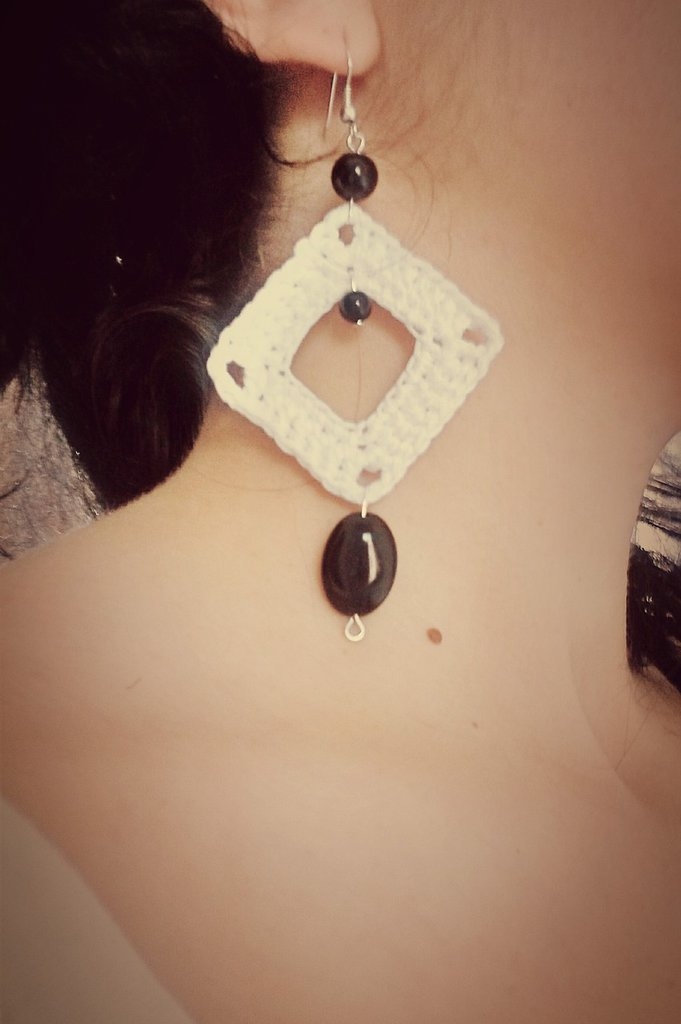 Orecchini rombo bianchi e perle nere