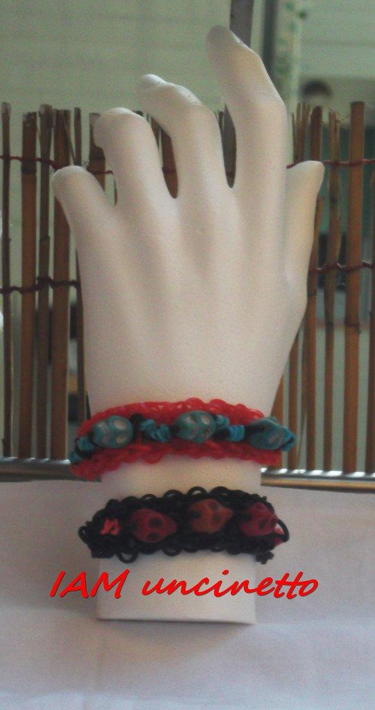 Braccialetti fatti con elastici colorati intrecciati e teschi
