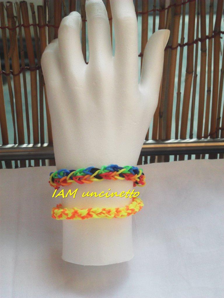 Braccialetti di elastici colorati intrecciati