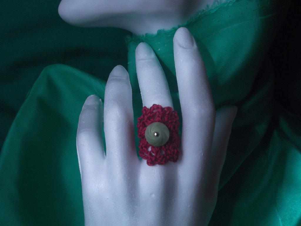 Anello all'uncinetto rosso scuro con bottone verde