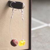 O.16.2015 - Orecchini pendenti con perle in vetro e resina - Linea Calder