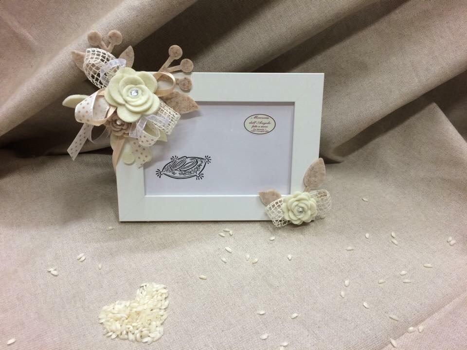 Cornice portafoto bianco con fiori