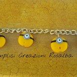 bracciale minion, ciondoli in fimo a forma di minions- simpatico- spiritoso- particolare- adatto a una persona che ama i Minions...