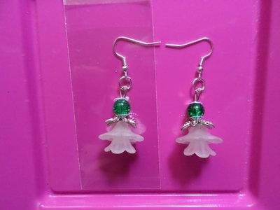 Orecchini fatti a mano con perle in vetro verde e copri perla in resina