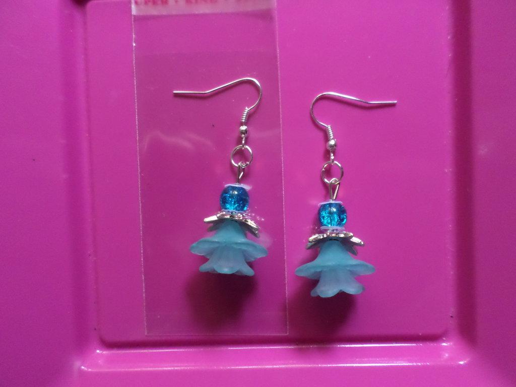 Orecchini pendenti fatti a mano con perle in vetro azzurre e copri perla in resina celesti