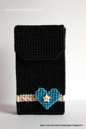 Custodia per cellulare nera con cuore in lamè azzurro fatta a mano