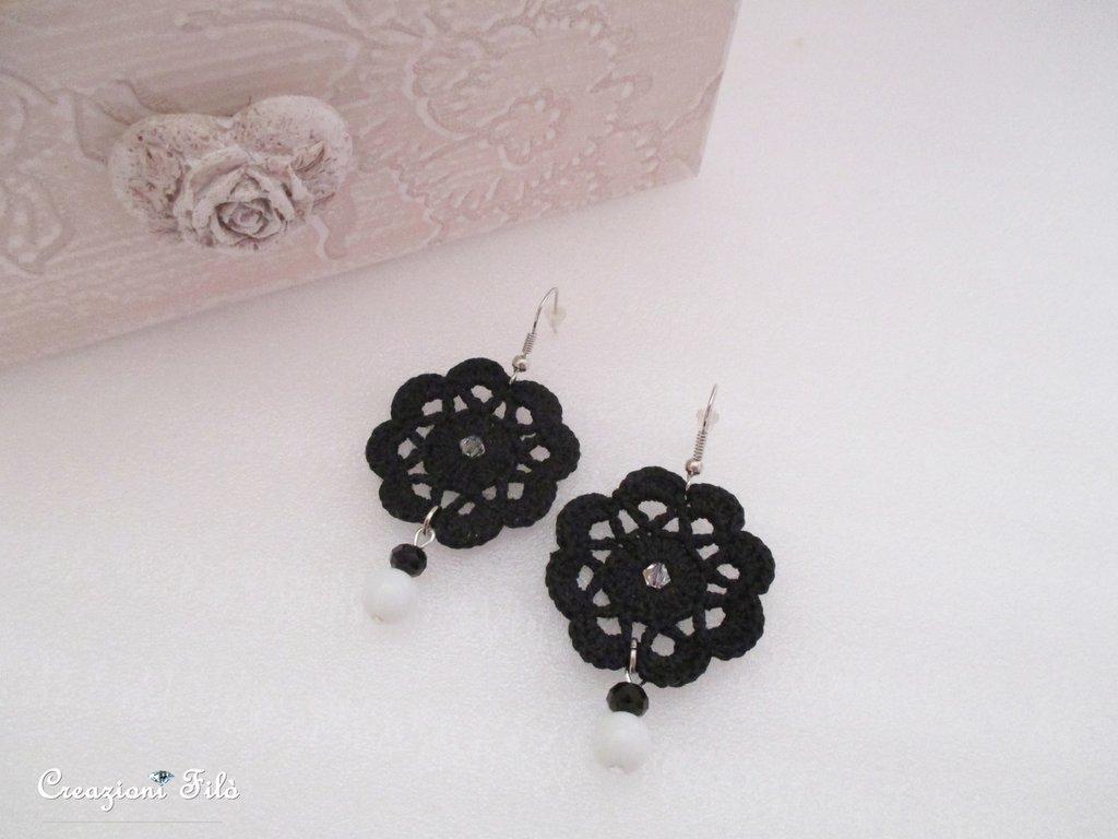 Orecchini fiore all' uncinetto con swarovski e perle cerate bianche