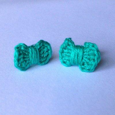 Orecchini a lobo con fiocchetti verde smeraldo, fatti a mano all'uncinetto